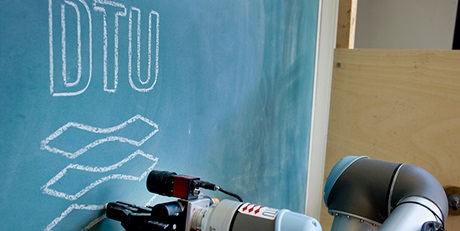 Robot arm and blackboard (Photo: Torben Nielsen)