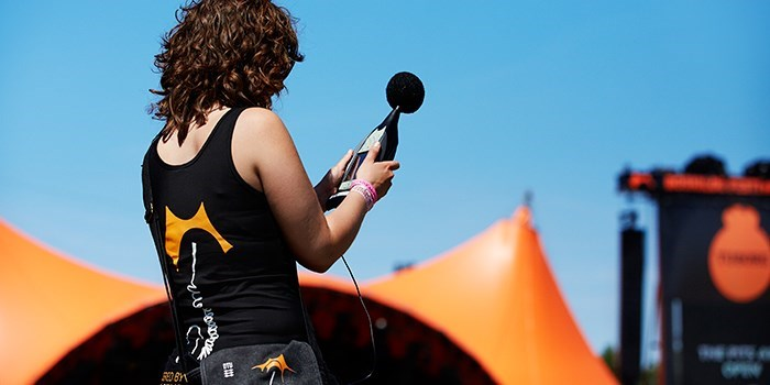 Student measuring sound at Roskilde Festival concert (Photo: Tuala Hjarnøe)